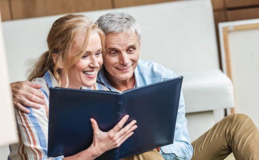 Ældre par der kigger i fotoalbum